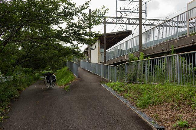 上り線駅前は狭い通路と行き止まりのスペースだけがある
