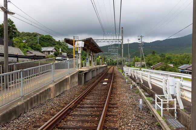 島式ホームでローカルムードある沓掛駅