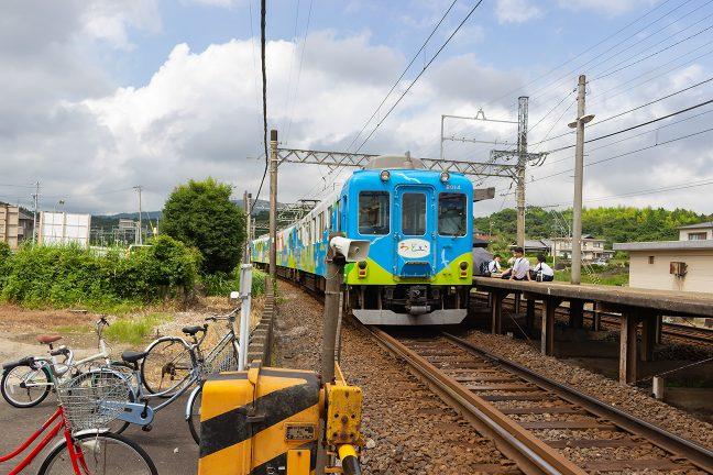 観光列車「つどい」が上之郷駅を通過していく