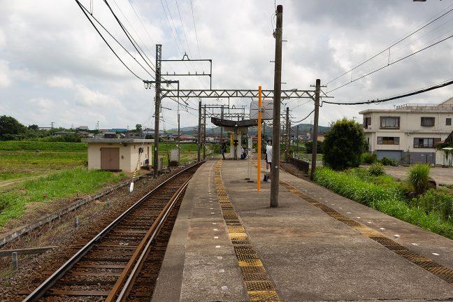 上之郷駅も島式ホームでローカルムードがある