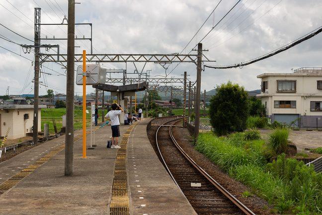 緩やかな曲線を描く上之郷駅