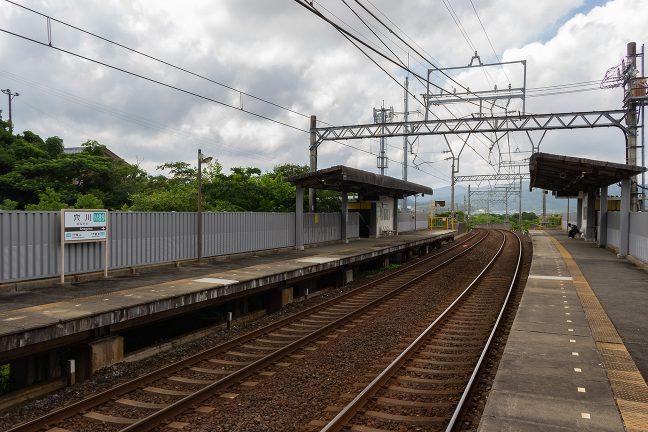鳥羽線の駅と似た半高架の穴川駅