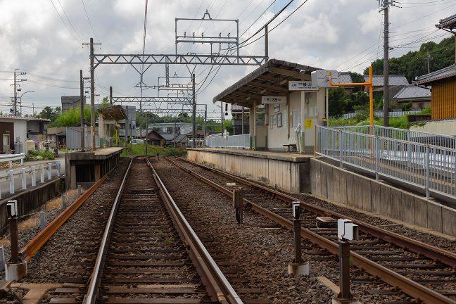 市街地の中の小無人駅で上屋だけの志摩横山駅