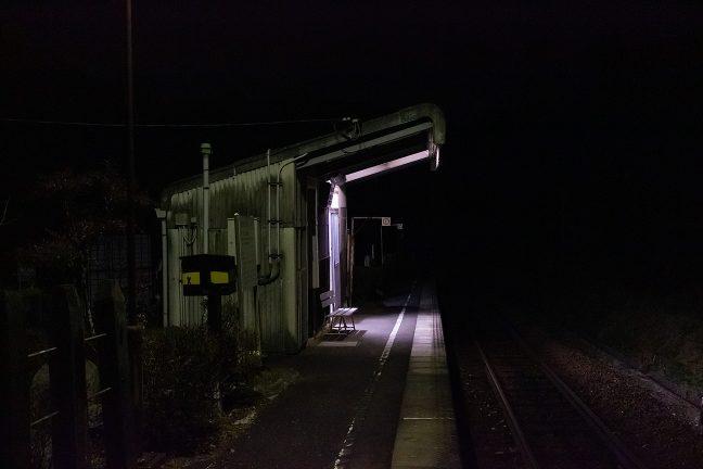 山間部の夜は早く、18時前に到着した飯沼駅はすっかり暮れていた