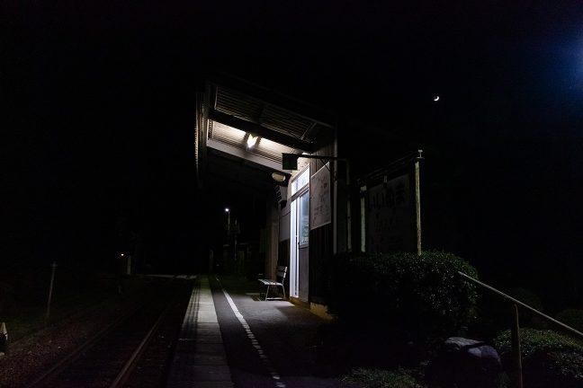 ホームに設けられた待合室の明かりが、無人の山野に漏れる