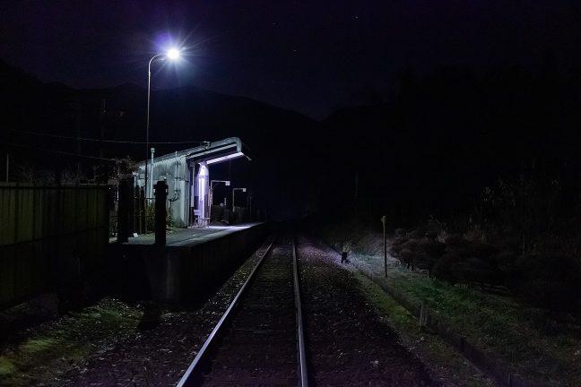 星空が瞬く谷あいに静かに佇む飯沼駅