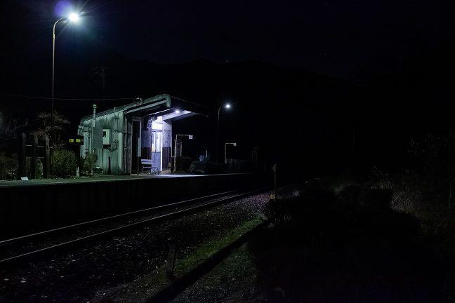 駅の周辺には民家も少なく、ホームの周りだけが明るい