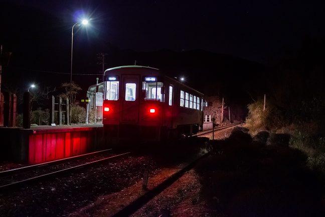 恵那に向かう列車が到着したが、乗降客の姿はなかった