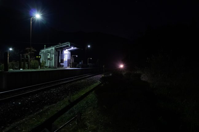 明智駅に向かう列車がヘッドライトの煌めきとともにやってきた