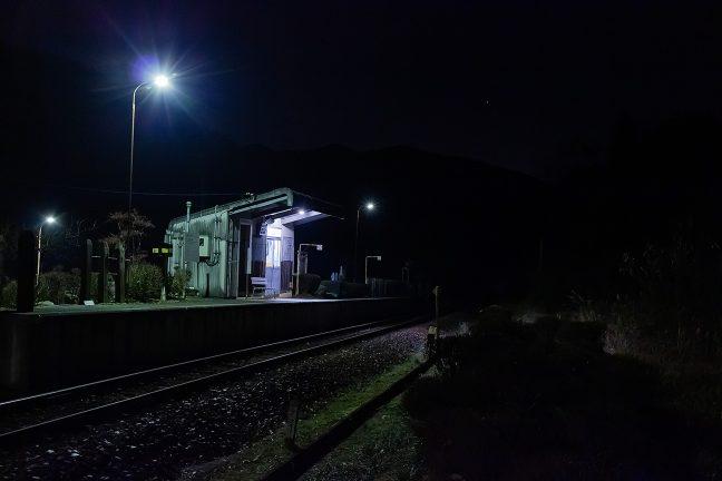 20時半を回り、既に、眠りに就いたかのように静まり返る飯沼駅