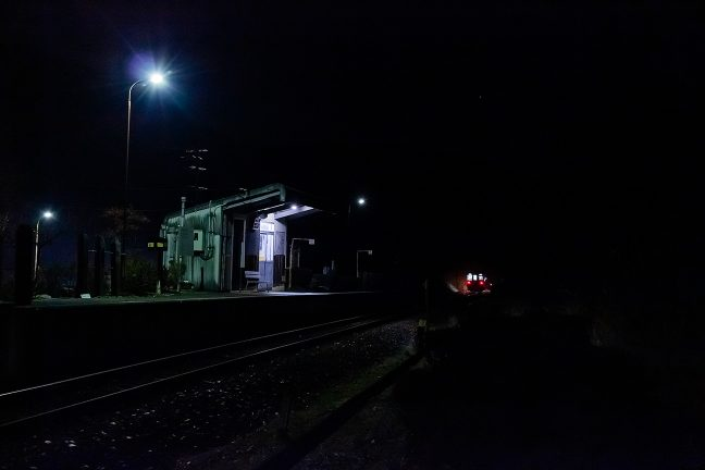 恵那方面への最終列車のテールライトを見送る