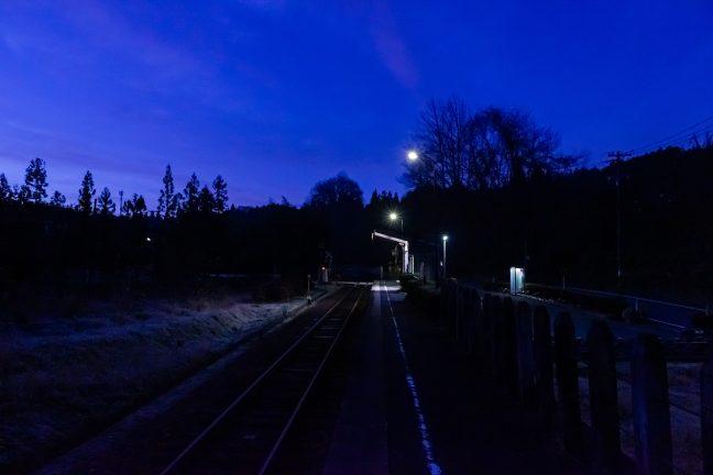 青い大気の底で徐々に明け行く飯沼駅
