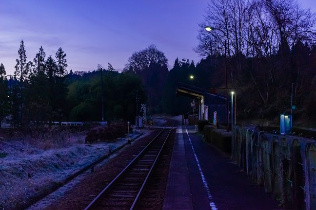 晴れ渡ったこの朝、駅の周りは厳しく冷え込み霜が降りていた