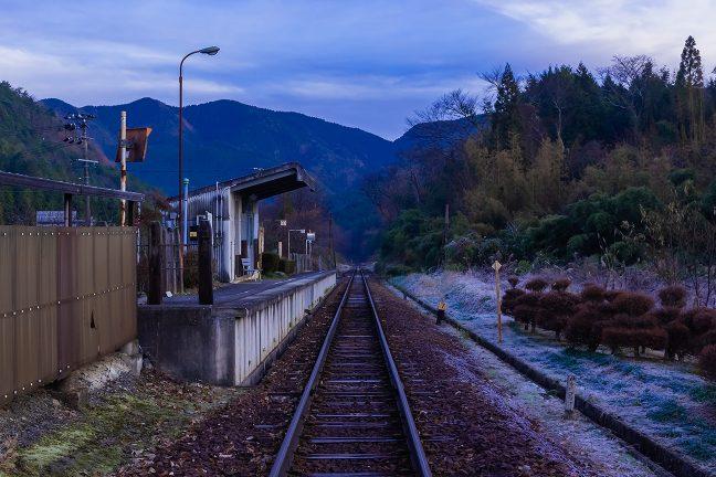 日の出の時刻が近づき消灯した飯沼駅に、朝がやってきた