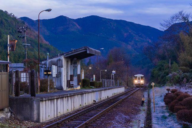明智に向かう朝の始発列車が到着