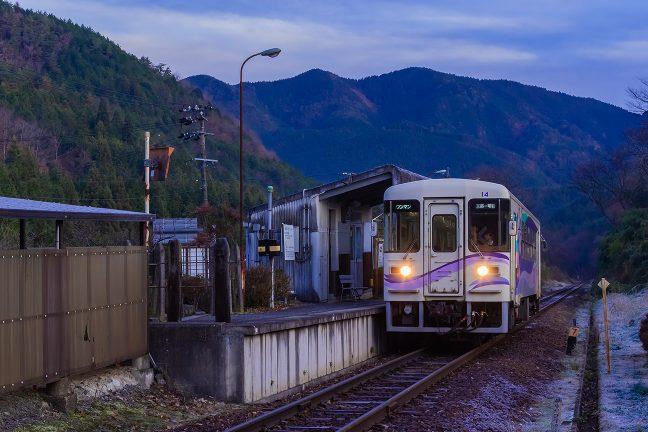 明智行の始発列車を見送って「ちゃり鉄8号」も出発することにした