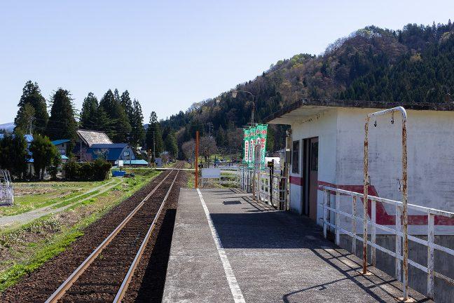 駅の周辺は長閑な里山風景が広がる