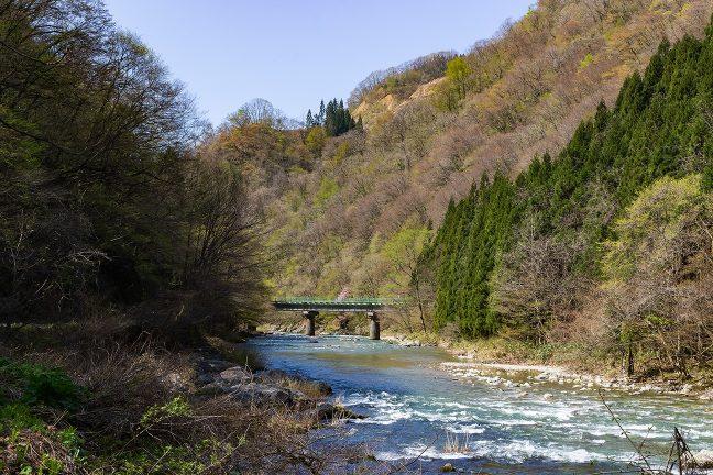 羽後長戸呂~八津間では、蛇行する桧木内川を何度か渡る