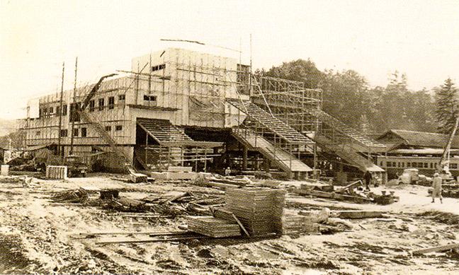 引用図:建設中の鳥羽駅「80年のあゆみ(近畿日本鉄道・1990年)」