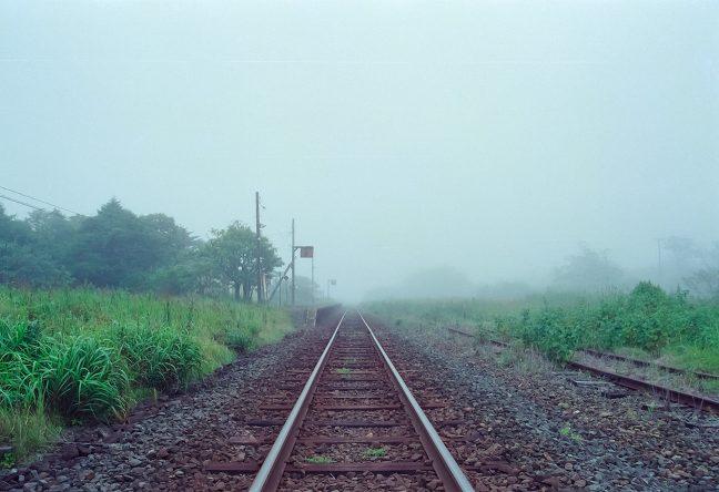 かつての栄華の跡を偲ばせる線路の跡が草むらに眠る