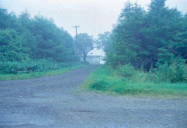 駅の正面口にあたる未舗装路