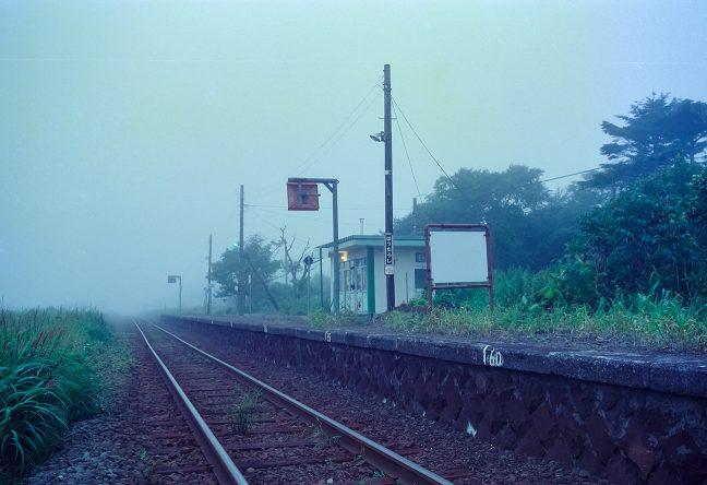 暮れ始めた初田牛駅に明かりが灯る