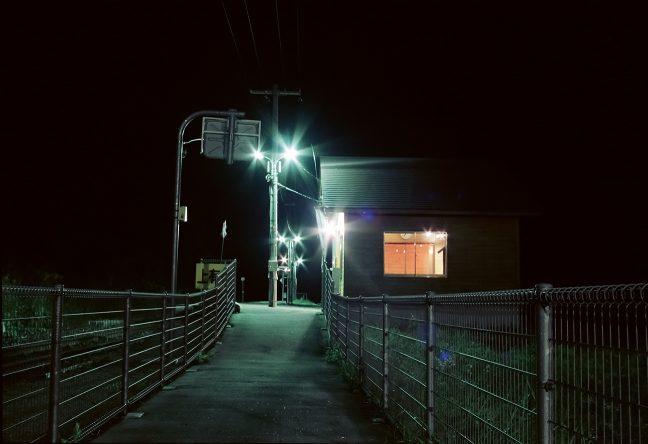 無人化によって建てられた待合室の窓明かりが温もりを感じさせる