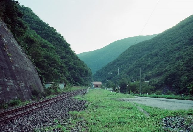 待合室を挟んで谷側にも線路が敷設されていた