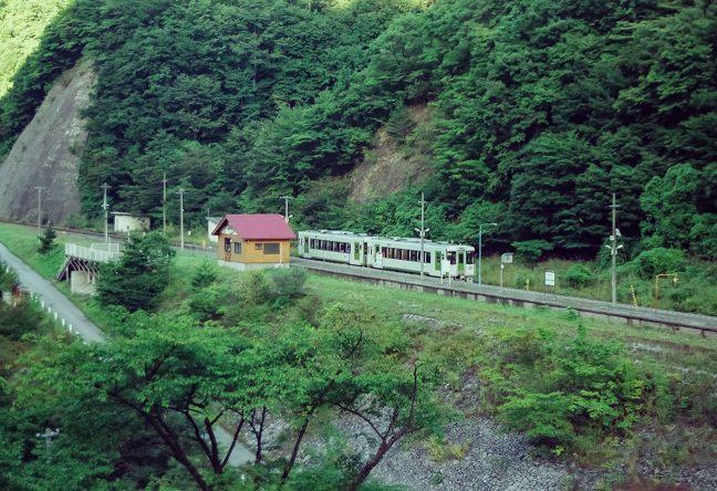 島式ホーム時代の面影が残る上有住駅に停車する始発列車
