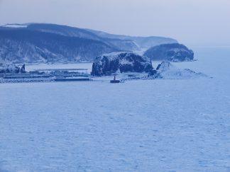 プユニ岬付近から望む宇登呂港と流氷のオホーツク海(北海道:2003年2月)