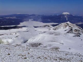 雌阿寒岳から望む阿寒湖と雄阿寒岳(北海道:2003年3月)