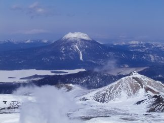 雌阿寒岳から望む雄阿寒岳と斜里岳、標津山地の山々(北海道:2003年3月)