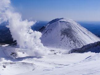 雌阿寒岳から望む阿寒富士(北海道:2003年3月)