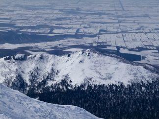 海別岳から望む小海別岳と網走平野(北海道:2003年3月)