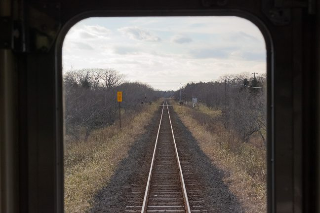 無人の原野の向こうから初田牛駅が近づいてきた