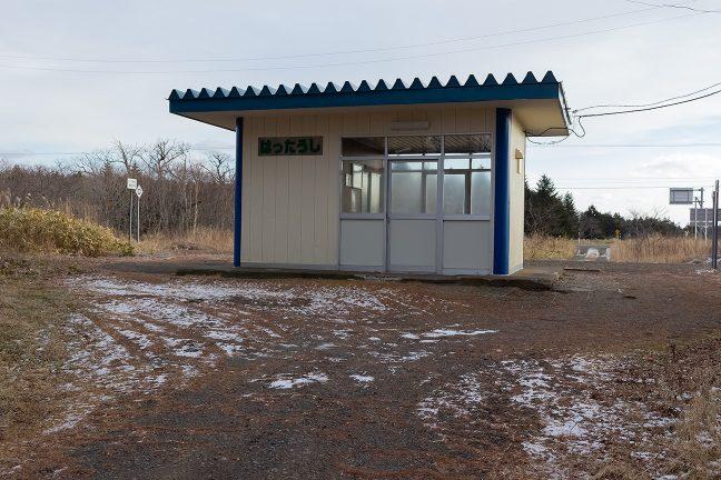 かつての木造駅舎の土台に据えられたこじんまりとした待合室
