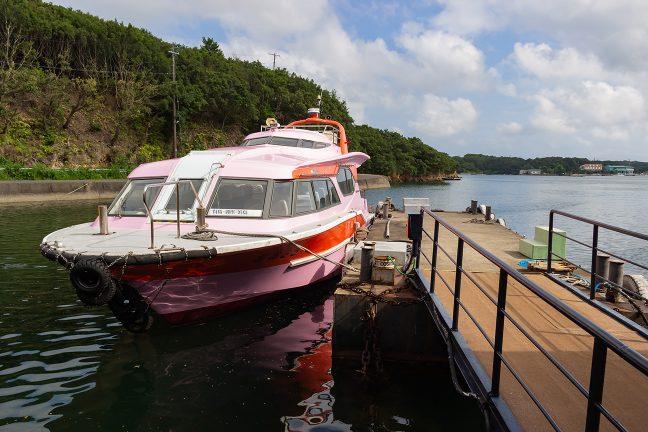 賢島港に係留中の和具航路定期船
