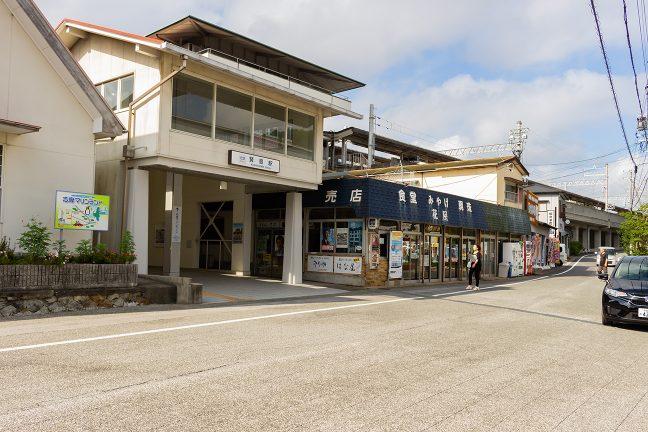 旧駅舎に隣接した賢島駅南口はローカルムード