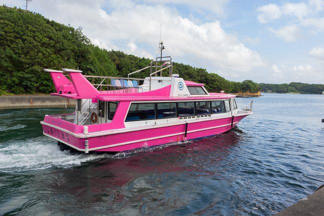 間崎島経由で和具港に向かう定期船を見送る