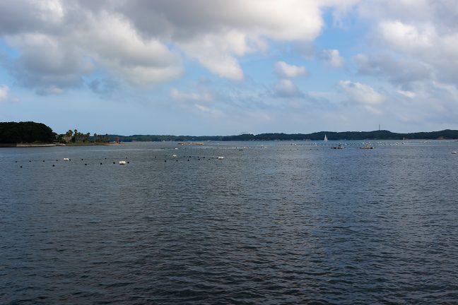 間崎島を回り込むと、遠くに、志摩パールブリッジが見えていた