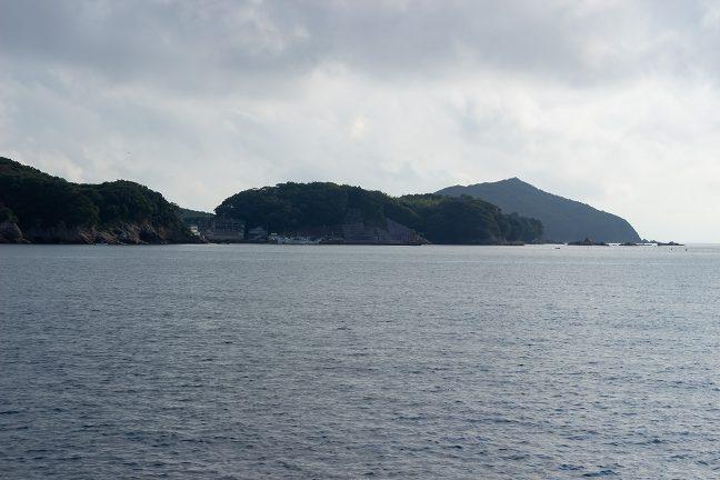 御座岬を背にした御座漁港が近づいてきた