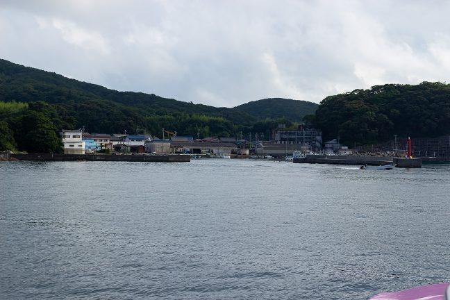沖合いから眺める御座漁港