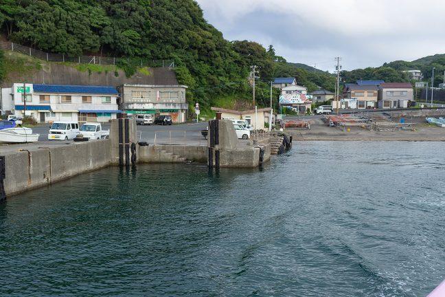 かつて浜島港を結んでいたフェリー乗り場の跡を見ながら出港