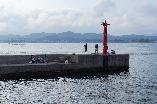 突堤には釣り人の姿が見える