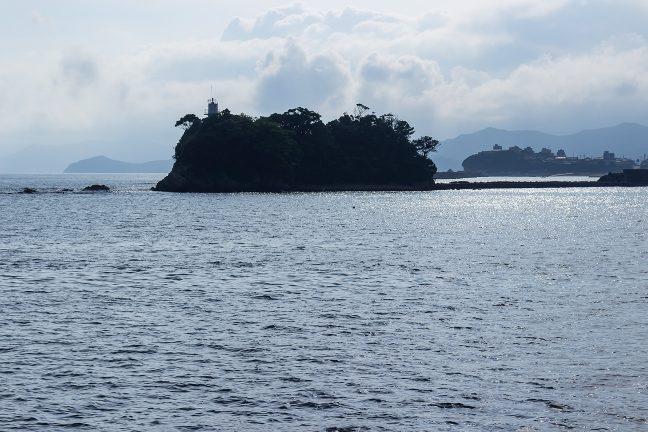 陸繫島になった矢取島を回り込んで浜島港に入港