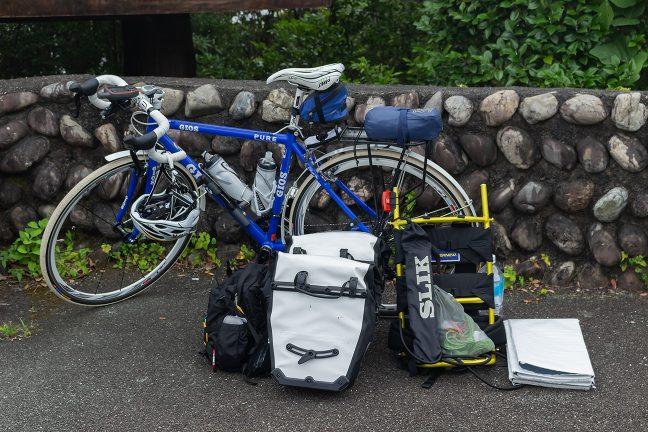 磯笛岬で出発前の荷物整理を行う