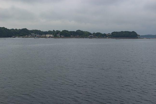 間崎島を左手に見ながら港に向かって周り込む