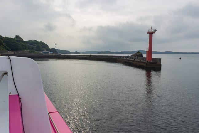 間崎漁港に入港する