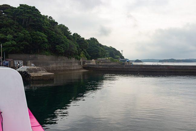 間崎島の船着き場には人影が
