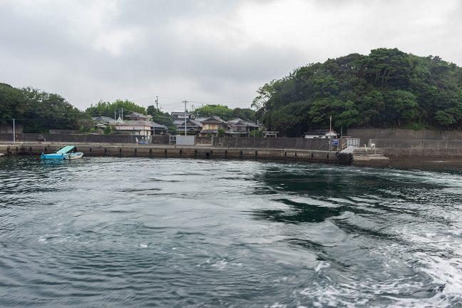 間崎漁港内で旋回して出港する
